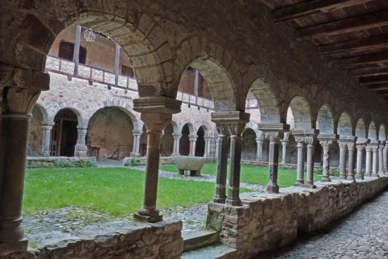 Abbaye de Lavaudieu - le cloître