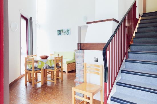 Salle à manger et escalier d'accès à l'étage